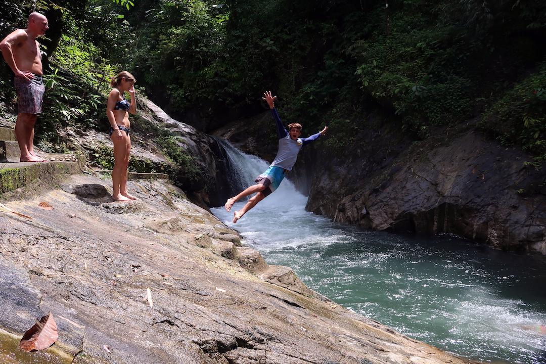 Прыжок в водопад, Капонг