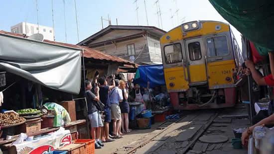 поезд в окрестностях Бангкока